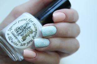 Рисунки на коротких ногтях, двухцветный пастельный маникюр с белыми наклейками