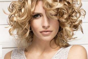 Светло карамельный цвет волос, прическа на средние волосы с упругими кудрями