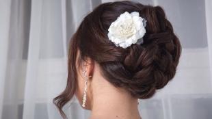 Шоколадный цвет волос, свадебная прическа с белым цветком