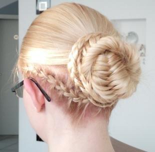 Бежевый цвет волос, прическа в школу - пучок с косами