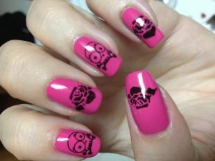 Маникюр с розами, розовый маникюр с черепами