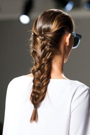 Стрижки и прически на длинные волосы, стильная прическа с косой на длинные волосы