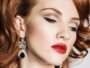 Макияж для рыжих с голубыми глазами, макияж с черной подводкой и красной помадой