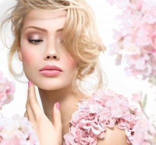 Макияж для блондинок с карими глазами, весенний макияж в розово-бежевой гамме