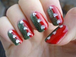 Красный дизайн ногтей, двухцветный маникюр со стразами-сердечкам