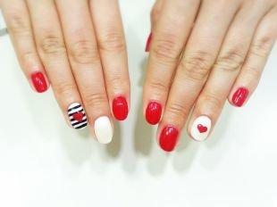 Красный дизайн ногтей, маникюр шеллак с полосками и сердечками