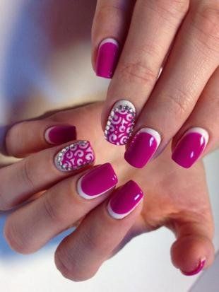 Бело-розовый маникюр, розовый маникюр с камнями сваровски