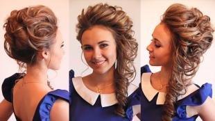 Светло шоколадный цвет волос, экстравагантная прическа на выпускной