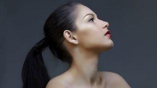 Темно каштановый цвет волос, классический хвост - прически на длинные волосы