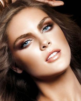 Макияж для голубых глаз под голубое платье, коричневый макияж глаз