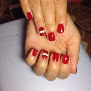 Дизайн ногтей со стразами, красный маникюр с широкими белыми полосками