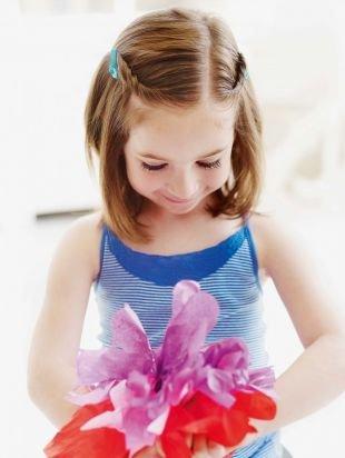Прически для девочек на средние волосы, интересная детская прическа на выпускной