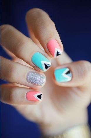Геометрические рисунки на ногтях, изящный розово-голубой маникюр по фен-шуй с геометрическим рисунком и блестками