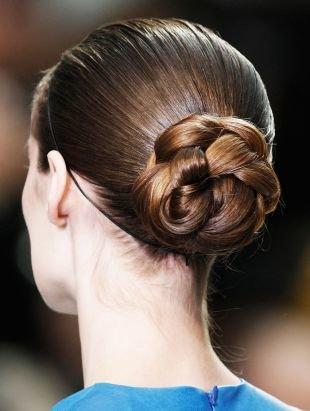 Коричнево рыжий цвет волос, элегантная прическа пучок в виде цветка