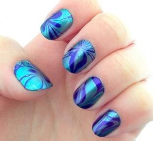 Рисунки с узорами на ногтях, водный маникюр в сине-голубой гамме