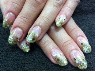 Золотой маникюр, новогодний дизайн нарощенных ногтей со снежинками и блестящим декором