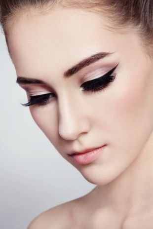 Свадебный макияж с нарощенными ресницами, татуаж глаз - широкая стрелка