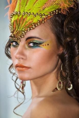 Макияж со стразами, карнавальный макияж
