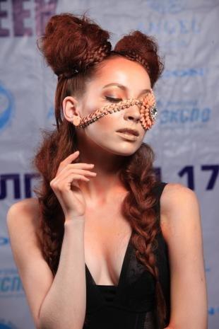 Темно медный цвет волос на длинные волосы, прическа для тематической вечеринки