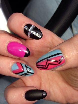 Абстрактные рисунки на ногтях, многокрасочный маникюр шеллак со стразами