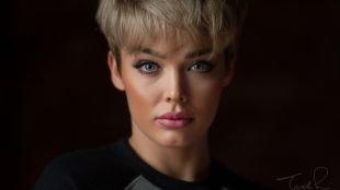 Яркий макияж для блондинок, макияж для круглого лица со стрелками