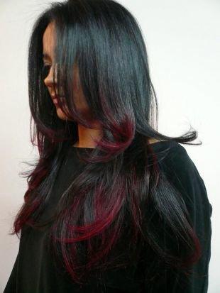 Прическа каскад на длинные волосы, мелирование на темные волосы красными прядями