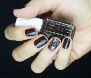 Маникюр на средние ногти, стильный современный темный маникюр с листьями