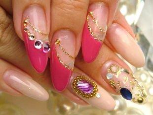 Рисунки золотом на ногтях, нарощенные ногти в розовом цвете со стразами и золотистой полосочкой