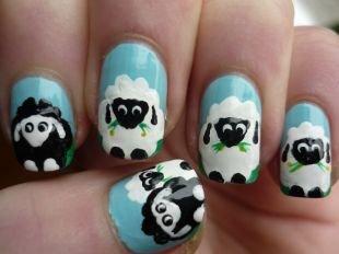 Рисунки дотсом на ногтях, веселый голубой маникюр с черно-белыми овечками