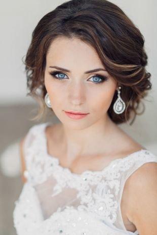 Свадебные прически с челкой, свадебный макияж для голубых глаз и темных волос