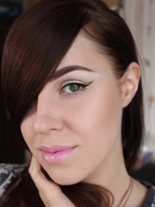 Яркий макияж для серых глаз, макияж с цветными стрелками