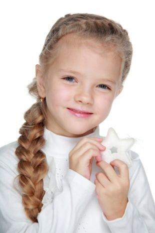 Модные прически для девочек, детская прическа с косой на выпускной