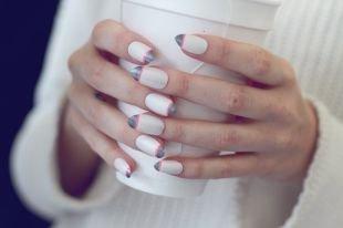 Рисунки на острых ногтях, серый френч на белом фоне с розовой полоской