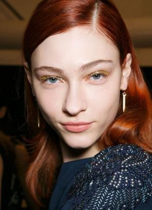 Ярко рыжий цвет волос, макияж глаз с золотыми блестками