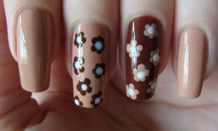 Коричневый маникюр, легкие рисунки на ногтях - цветы