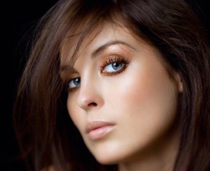 Сочетание макияжа голубых глаз с цветом волос