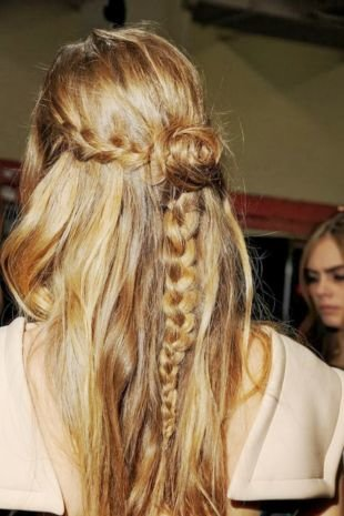Причёски с распущенными волосами, прелестная прическа с косой в стиле «бохо»