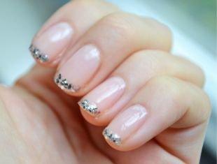 Школьный маникюр на короткие ногти, французский маникюр с блестками на коротких ногтях
