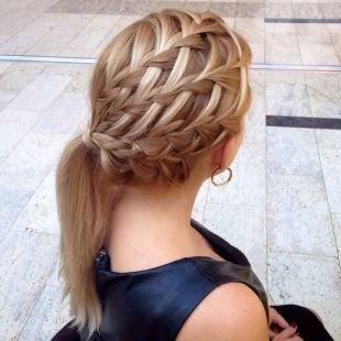 Цвет волос натуральный блондин, оригинальная ажурная прическа с косами