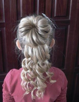 Праздничные детские прически на длинные волосы, детская прическа на выпускной с пучком и крупными локонами