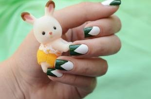 Зеленый френч, треугольный френч на квадратные ногти