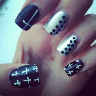 Черно-белый дизайн ногтей, черно-серебристый маникюр с горошком и крестами