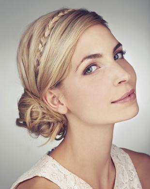 Цвет волос песочный блондин, прическа боковой пучок с косичкой-ободком