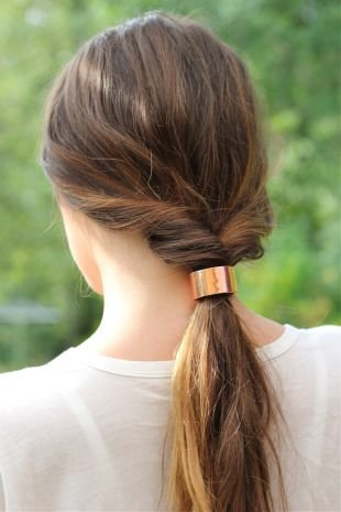 """Быстрые прически на длинные волосы, простая прическа """"вывернутый хвост"""""""