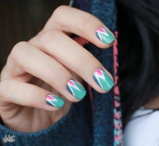 Интересные рисунки на ногтях, неординарный трехцветный маникюр на коротких ногтях