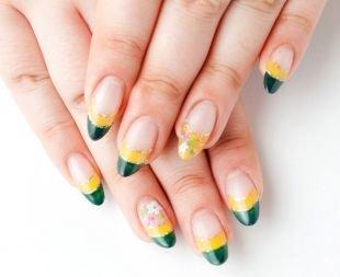 """Рисунки на острых ногтях, двойной френч с золотистыми """"улыбками"""" и цветочками"""