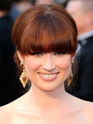 Ярко рыжий цвет волос, вечерняя прическа с челкой
