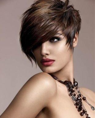 Кофейный цвет волос, новогодняя прическа на короткие волосы с удлиненной косой челкой