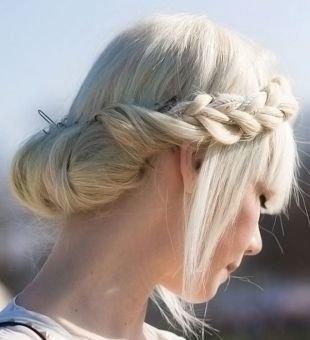 Прически на 9 мая, греческая прическа с косой вокруг головы