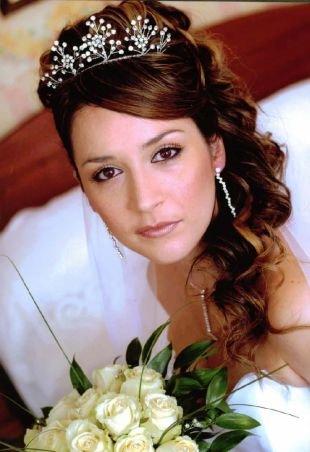 Свадебные прически с челкой, прическа с диадемой на длинные волосы